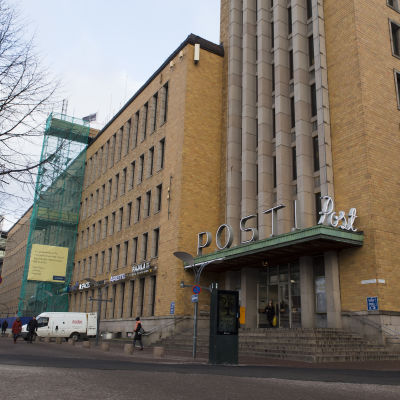 Helsingfors posthus huvudingång.
