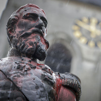 En staty föreställande kung Leopold den andra av Belgien. Statyn har vandaliserats av demonstranter som vill avlägsna statyerna.