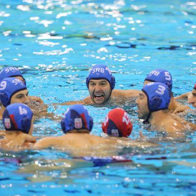 Serbian vesipallojoukkue ennen finaalin alkua Riossa 2016.
