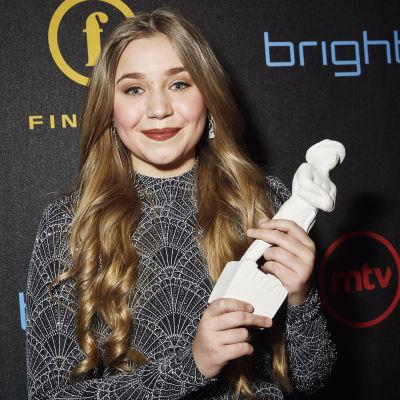Linnea Skog med en Jussistatyett i händerna, för bästa kvinnliga huvudroll 2016 i filmen Den lilla sparven.