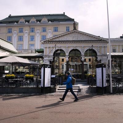Kappelin rakennnus ja terassi Helsingissä.