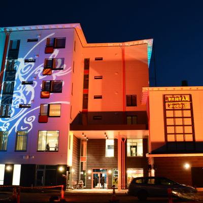 Pyttis nya kommunhus upplyst i rött och blått på invigningen