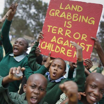 Skolbarna protesterar på lekplats i Nairobi, Kenya, 19.1.2015
