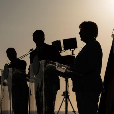 Angela Merkel har talar för en strängare ekonomisk linje än Hollande och Renzi som kräver större flexibilitet