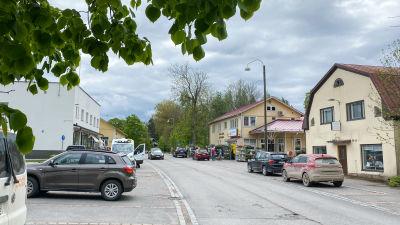 Hus och bilar på båda sidor om en gata. Lappträsk centrum.