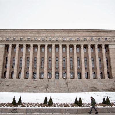 Riksdagshuset på vintern, snö.