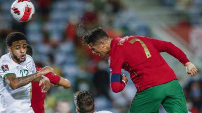 Cristiano Ronaldo nickar in ett VM-kvalmål mot Irland.