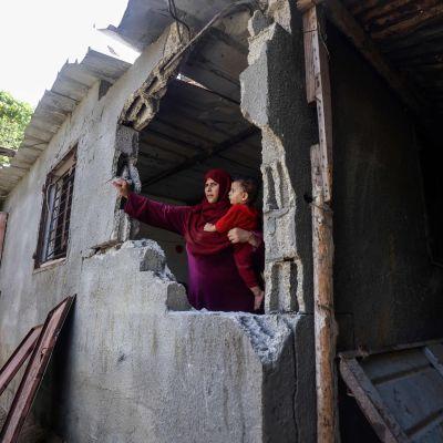 Palestinsk kvinna med barn i Beit Hanoun i Gaza efter Israels bombningar 29.8.2021