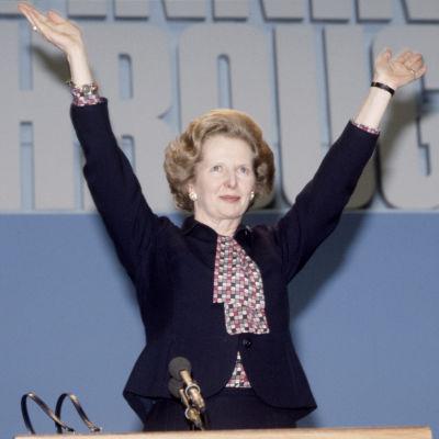 Thatcher kädet ilmassa.