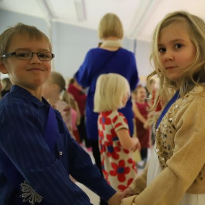 Päiväkodin presidentti 6-vuotias Erika Vuorio ja hänen kumppaninsa 7-vuotias Roope Ruuska avasivat päiväkosin Itsenäisyyspäivän juhlatyanssiaiset.