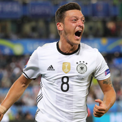 Mesut Özil firar sitt mål mot Italien i EM.