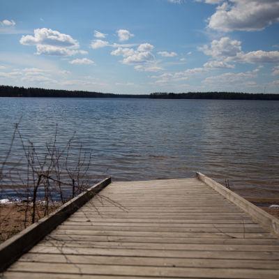 Maisema laiturilta järvelle.
