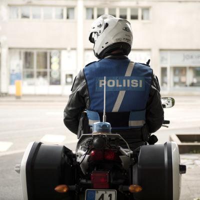 Moottoripyöräpoliisi valvoo liikennettä.