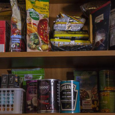 Ruokatarvikkeita kaapissa
