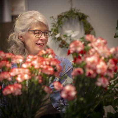 Kukkakauppias Marianne Nordström liikkessään.