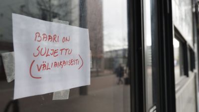 """En lapp med texten """"Baari on suljettu (väliaikaisesti)"""", på svenska """"Baren är stängd (tillfälligt)""""."""
