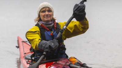 Charlotta Bengs paddlar.