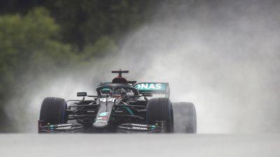 Lewis Hamilton kör i regnet.