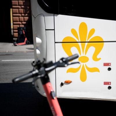 Turun seudun joukkoliikenteen logo bussin kyljessä.