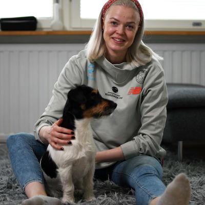 Jonna Berghem och hunder Asser hemma i Helsingfors våren 2021.