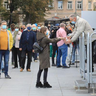 Människor desinficerade sina händer innan de gick in i vallokalen. Den här bilden är tagen i Vilnius redan under förhandsröstningen i början av veckan.
