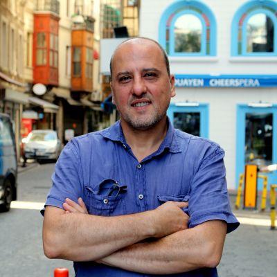 Toimittaja kadulla Istanbulissa.