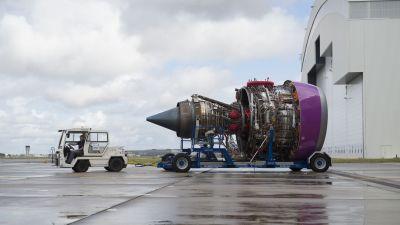 Rolls-Royce Trent -lentokonemoottori lentokentällä.