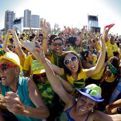 Brasilianska supportrar firar under matchen mellan Brasilien och Chile.