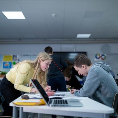 Yhdeksännen luokan oppilaita englannin kielen opetuksen tunnilla (keltaisessa paidassa vas Pinja Posti), Riihikallion koulu, Tuusula, 15.1.2019.