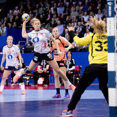 Emilie Hegh Arntzen skjuter ett skott