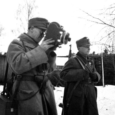 Tk-kuvaaja Alvar Hamberg Suomussalmen lossin lähellä. 1.12.1939.