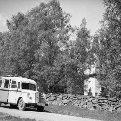 Radion ääniauto kirkon kiviaidan vieressä. Jumalanpalveluksen radiointi 1930-luvulla.
