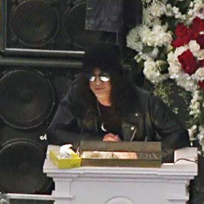 Muusikko Slash puhumassa Lemmy Kilmisterin muistotilaisuudessa.