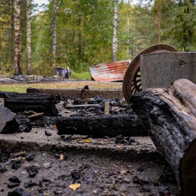 Poltetut retkeilyrakenteet Ylöjärven Pikku-Ahvenistolla