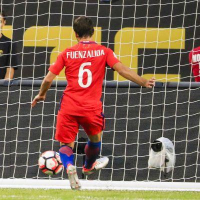 Pedro Fuenzalida laukoo pallon maaliin.