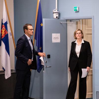 Tuula Haatainen kommer in till presskonferens i Statsrådsborgen