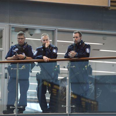 Polisen höjer beredskapen vid Helsingfors-Vanda flygplats.