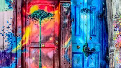 två konstnärligt målade dörrar