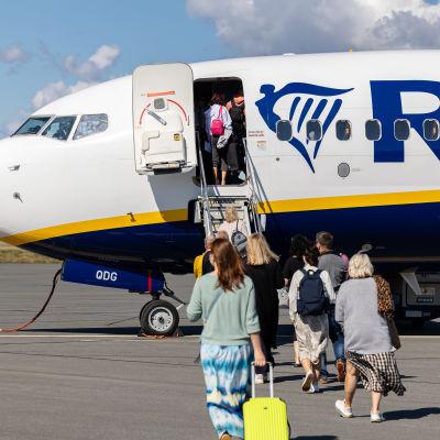 Ihmisiä nousee Ryanairin lentokoneeseen Lappeenrannan lentoasemalla.