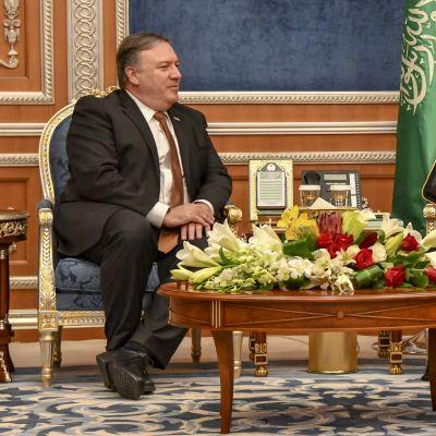 USA:s utrikesminister Mike Pompeo mötte Saudiarabiens kronprins Mohammed bin Salman under sitt besök i Riyadh i mitten av oktober. Kronprins Mohammed misstänks stå bakom mordet på Khashoggi.