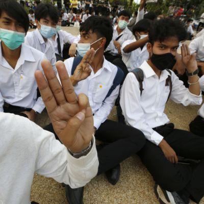 Nuoret osoittavat mieltään Bangkokissa, Kuningas Mongkulin teknisen yliopiston luona 30. heinäkuuta.
