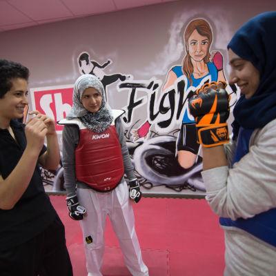 Lina Khalifeh korrigerar vid behov sina elevers rörelser