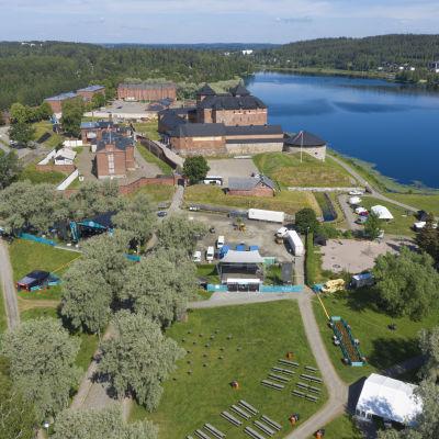 Wanaja-festivaalia rakennetaan Hämeenlinnan Linnanpuistossa.