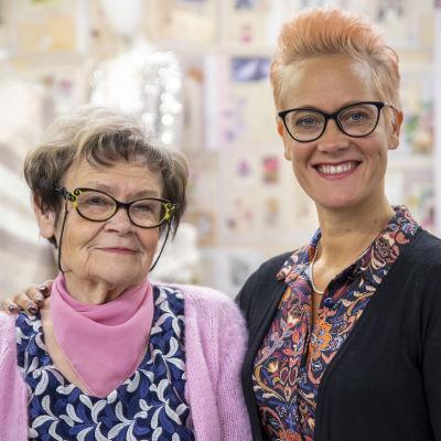 Sinikka Hautamäki ja tytär Jaana Hautamäki vierekkäin ja hymyilevät kameralle.