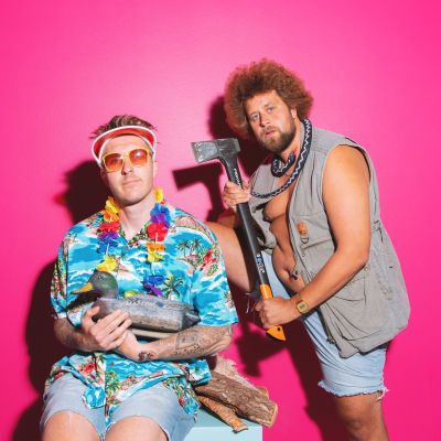 YleX Aamu promokuvassa pinkin taustan edessä