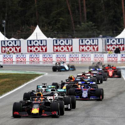 F1-bilar kör på Hockenheim.