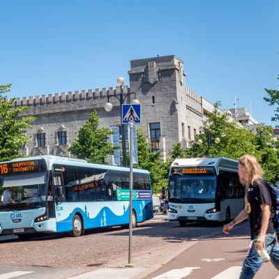 Busseja Lahden Aleksanterinkadulla.