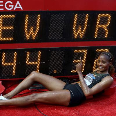 Beatrice Chepkoeh presenterar sin världsrekordstid i Monaco.