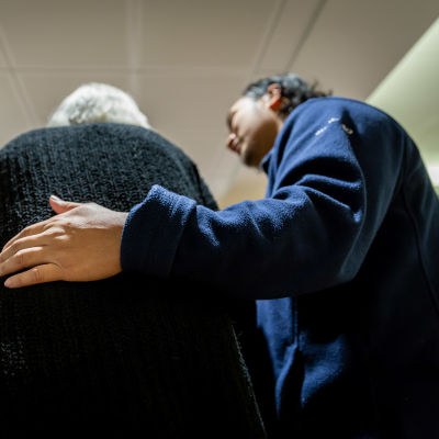 Bern Amar hjälper en åldring