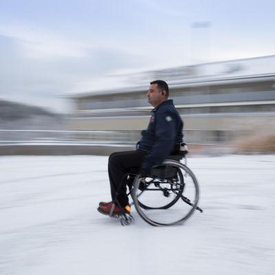 Hassan Zubier ajaa pyörätuolilla talvella.